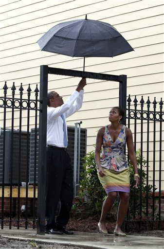 obamas with umbrella